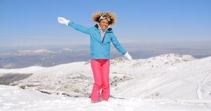 Adulto feliz en la ropa del esquí que agita los brazos Imagen de archivo libre de regalías