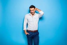 Adulto hermoso y hombre masculino en un fondo azul Fotos de archivo
