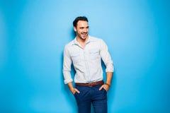 Adulto hermoso y hombre masculino en un fondo azul Imagen de archivo