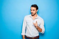 Adulto hermoso y hombre masculino en un fondo azul Fotografía de archivo libre de regalías