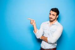 Adulto hermoso y hombre masculino en un fondo azul Foto de archivo libre de regalías