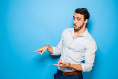 Adulto hermoso y hombre masculino en un fondo azul Fotografía de archivo