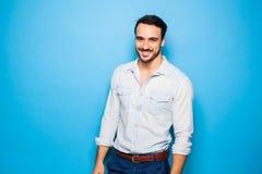 Adulto hermoso y hombre masculino en un fondo azul Fotos de archivo libres de regalías