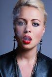 Adulto joven atractivo que fuma un cigarrillo Imagenes de archivo