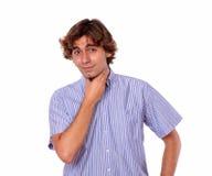 Adulto joven atractivo que parece cansado y cansado Imagen de archivo