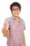 Adulto joven chino con el pulgar para arriba Imagenes de archivo