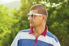 adulto joven con la relajación de las gafas de sol al aire libre Fotos de archivo