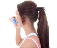 Adulto joven del asma sobre el fondo blanco Imagen de archivo libre de regalías