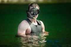 Adulto joven divertido que bucea en un río Imagen de archivo