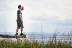 Adulto joven en la naturaleza que mira la visión Fotos de archivo