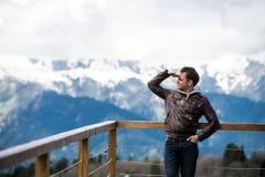 Adulto joven en la naturaleza que mira la visión sobre fondo del paisaje de la montaña Imágenes de archivo libres de regalías