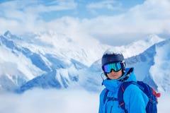 Adulto joven en un casco y gafas del esquí Fotografía de archivo libre de regalías