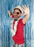 Adulto joven en un estado de la euforia Hombre caucásico en ropa roja Fotos de archivo