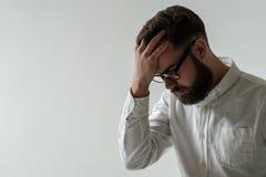 Adulto joven hermoso con dolor de cabeza Imagen de archivo libre de regalías