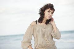 Adulto joven hermoso en la playa Imagen de archivo libre de regalías