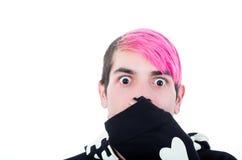 Adulto joven hispánico con el pelo rosado y el negro Imágenes de archivo libres de regalías