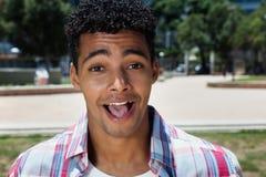 Adulto joven latino feliz con la boca abierta Fotos de archivo