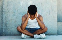Adulto joven latino sin hogar con problemas Imagenes de archivo