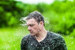Adulto joven mojado totalmente sacudiendo su cabeza Foto de archivo libre de regalías