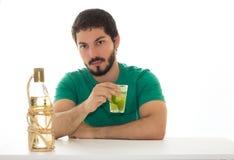 Adulto joven que bebe un cóctel con el limón Imágenes de archivo libres de regalías