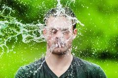 Adulto joven que consiguió mojado totalmente Foto de archivo
