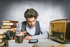 Adulto joven que lee un ebook Foto de archivo
