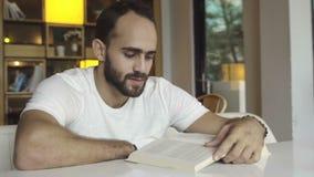 Adulto joven que lee un libro almacen de video
