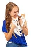 Adulto joven que sostiene dos gatitos Imágenes de archivo libres de regalías