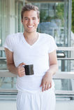 Adulto joven que sostiene una taza de café Imagen de archivo