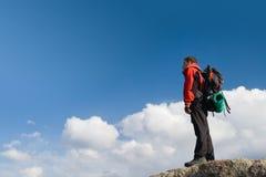 Adulto joven que sube en la tapa de la cumbre Foto de archivo libre de regalías