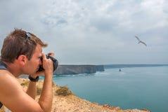 Adulto joven que toma la imagen de la gaviota Fotos de archivo libres de regalías