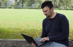 Adulto joven que trabaja al aire libre Fotografía de archivo libre de regalías