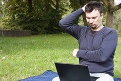 Adulto joven que trabaja al aire libre Fotos de archivo