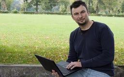 Adulto joven que trabaja al aire libre Imagen de archivo libre de regalías