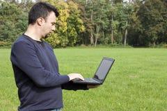 Adulto joven que trabaja al aire libre Foto de archivo libre de regalías