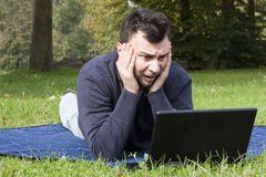 Adulto joven que trabaja al aire libre Fotos de archivo libres de regalías