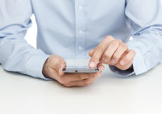 Adulto joven usando el teléfono elegante Fotografía de archivo libre de regalías