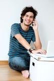 Adulto joven usando la computadora portátil Imagen de archivo libre de regalías