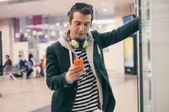 Adulto joven usando móvil Fotos de archivo libres de regalías