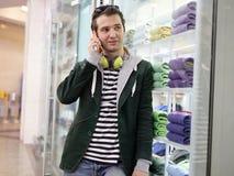 Adulto joven usando móvil Imagen de archivo libre de regalías