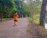 Adulto, la gente e bambini abbia esercizio pareggiando, camminante, fra il posto della natura di pace a cui abbia un ambientale a fotografie stock libere da diritti