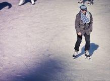 Adulto maduro en la pista de hielo Imagenes de archivo