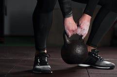 Adulto maschio muscolare che si esercita con la campana del bollitore Immagine Stock Libera da Diritti
