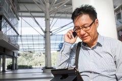 Adulto masculino chino en el teléfono Foto de archivo