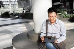 Adulto masculino chino en ipad Fotografía de archivo libre de regalías