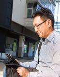 Adulto masculino chino en ipad Fotografía de archivo