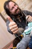Adulto masculino con lanas y la aguja que hace punto Fotos de archivo