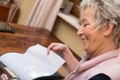 Adulto mayor con el álbum de foto Imágenes de archivo libres de regalías