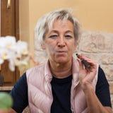 Adulto mayor con el cigarrillo de e Imagen de archivo