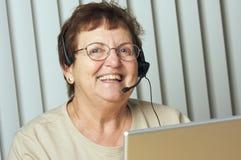 Adulto mayor con el receptor de cabeza del teléfono Fotos de archivo
